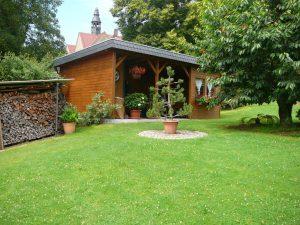 Sitzmöglichkeit im Carport für Ferienwohnung B im Garten
